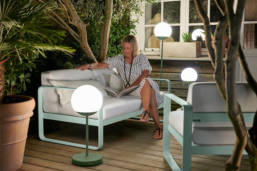 lampe sans fil, lampe nomade, lampe bluetooth, lampe a poser, lampe outdoor, lampe exterieur, coussin d exterieur, coussin de jardin, salon bas, lounge, fauteuil, canapé