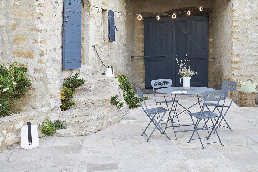 mobilier de jardin fermob, table de jardin, table metal, table pliante, chaise de jardin pliante, chaise terrasse, chaise metal pliante, lampe sans fil, guirlande d exterieur, lampe de jardin