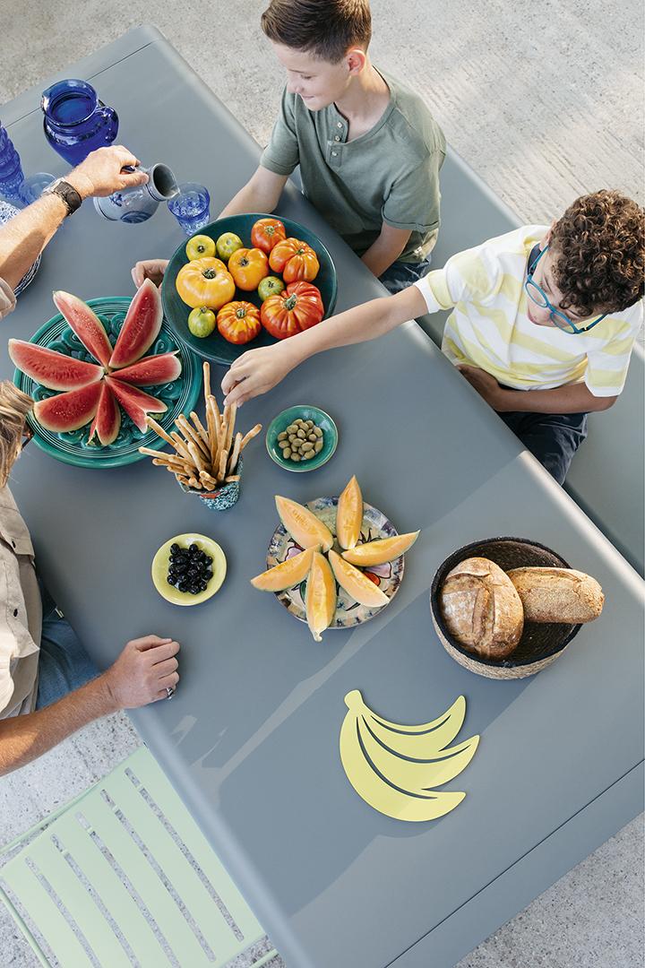 Table d'extérieur, coin repas, banc d'exterieur, dessous de plat, outdoor, mobilier d'exterieur