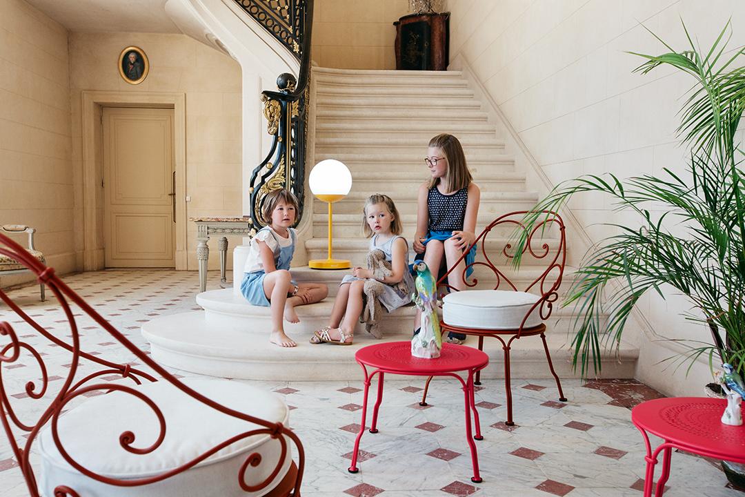 style romantique, fauteuil, table basse, lampe à poser, luminaire d exterieur, bluetooth, lampe sans fil, fauteuil de jardin, fauteuil avec coussin