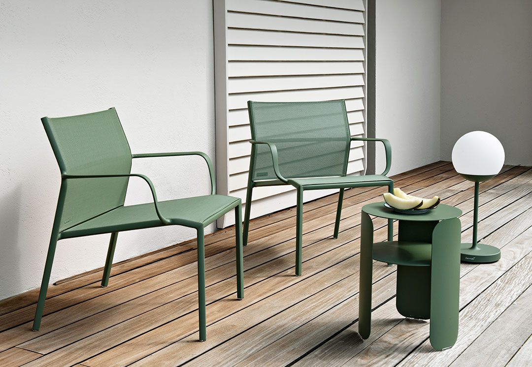 fauteuil de jardin, petite table basse, fauteuil en toile, mobilier fermob, outdoor furniture