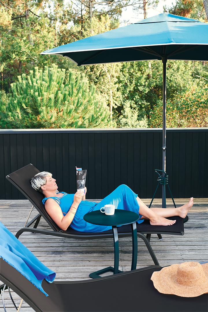 bain de soleil fermob, fermob, bain de soleil, table basse alize, pied de parasol fermob, table basse fermob, bord de piscine, mobilier de jardin, bain de soleil toile, mobilier metal