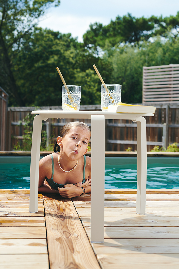 table basse alize, table basse fermob, bord de piscine, mobilier de jardin