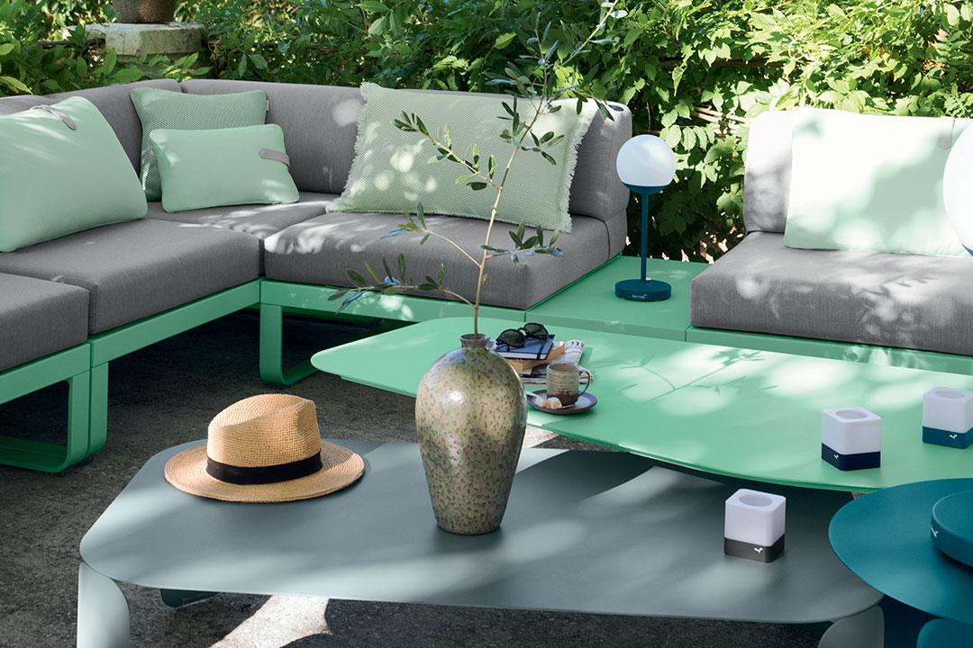 Lounge, canapé modulable, design, outdoor, jardin, lampe outdoor, lampe à poser, lampe sans fil, table basse, coussins, déco, accessoires, lampe sans fil, lampe nomade