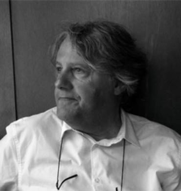 """Philippe Mathieu designer de la gamme de tables rabattables d'extérieur """"Pétale"""" pour Fermob"""