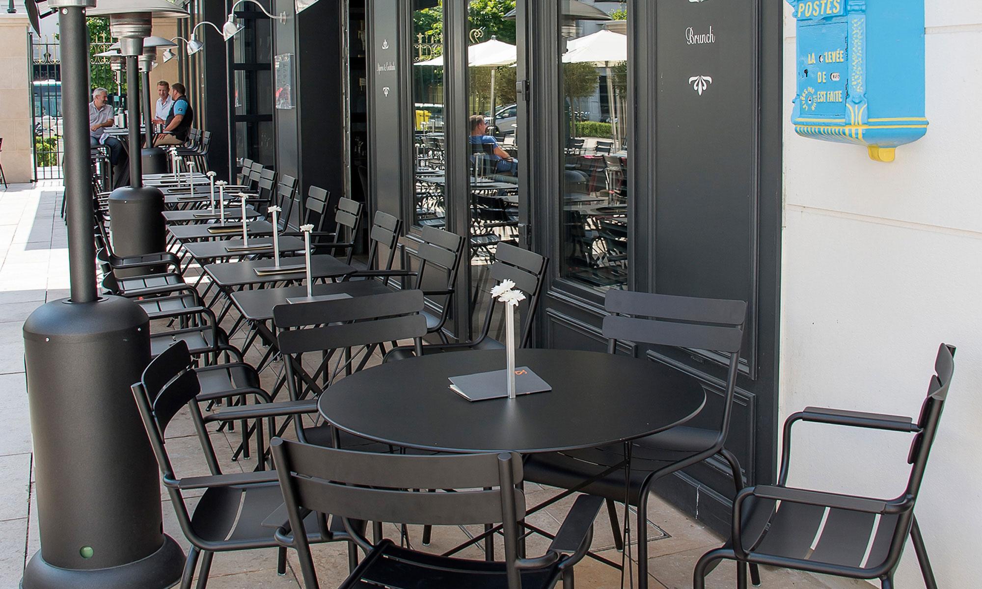 Restaurant saperlipopette implantations fermob for Four pour restaurant