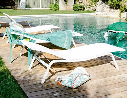 Les bains de soleil fermob bord de piscine for Bord de la piscine