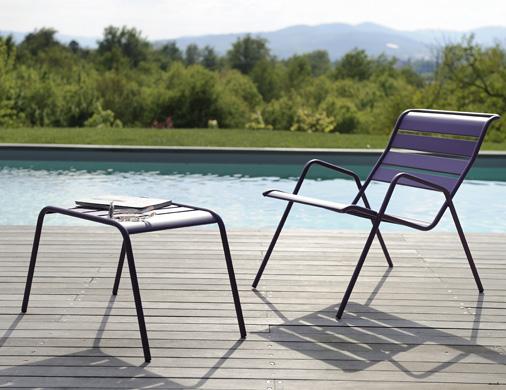 Les tables basses pour bord de piscine fermob for Table de piscine