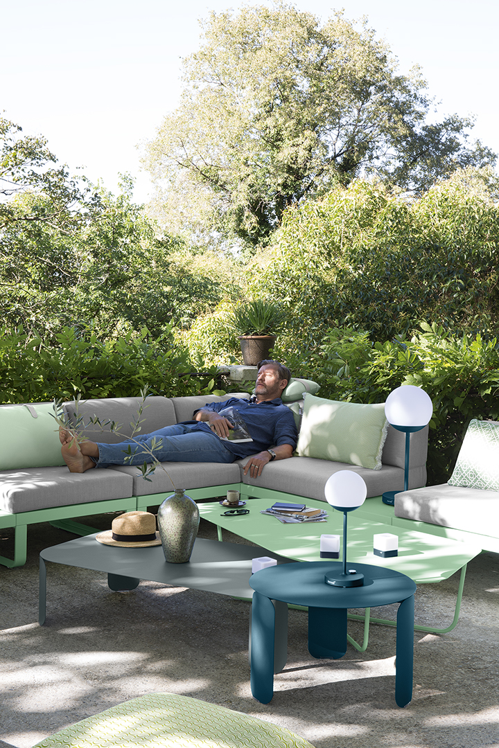 Lounge, canapé modulable, design, outdoor, jardin, lampe outdoor, lampe à poser, lampe sans fil, table basse, coussins, déco, accessoires