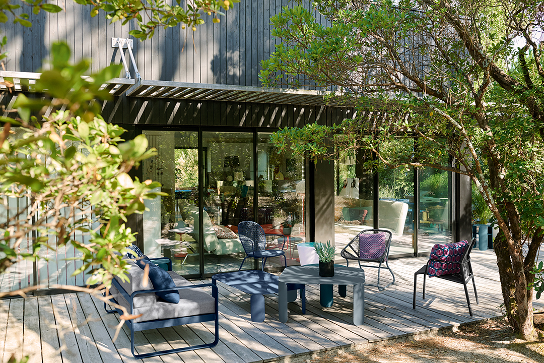 lounge, salon de jardin, metal, exterieur, table basse, canapé, fauteuil bas, tabouret lumineux, luminaire d exterieur, bluetooth, lampe sans fil