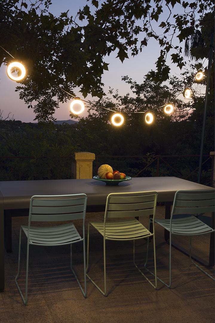 ensemble repas, Fermob, outdoor, guirlande suspendue, banc, table de jardin, chaise metal, chaise de jardin, guirlande exterieur, guirlande fermob, eclairage exterieur
