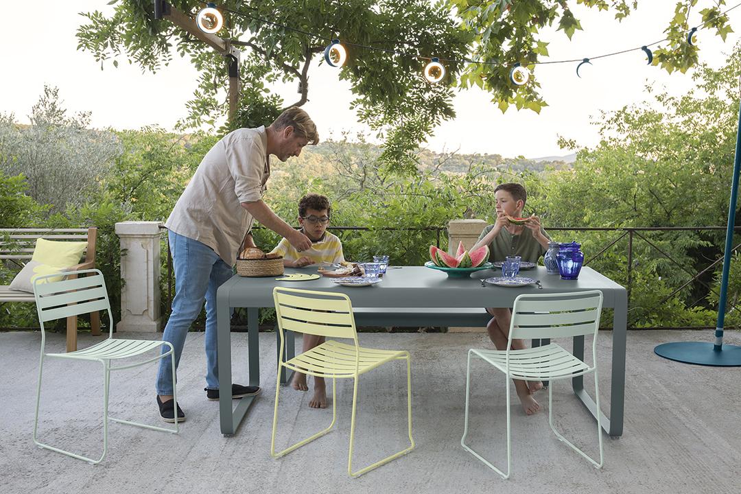 Ensemble repas, Fermob, outdoor, guirlande suspendue, extérieur, banc . table de jardin, table pliante, chaise pliante, chaise metal, chaise de jardin, guirlande exterieur, guirlande fermob, eclairage exterieur