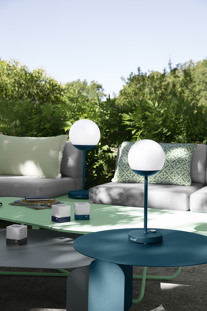 Lampe à poser, lampe exterieur, lampe connecté, lampe exterieur design, lampe design, luminare rechargeable, lampe sans fil, lampe exterieur terrasse, lampe nomade, luminaire exterieur, luminaire exterieur desgin, luminaire exterieur design, lampe nomade exterieur, lampe sans fil, photophores Fermob, table basse design, table basse métal