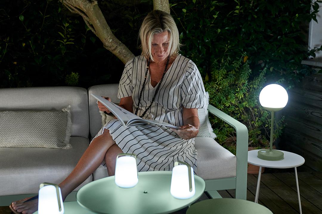 lampe sans fil, lampe nomade, lampe bluetooth, lampe a poser, lampe outdoor, lampe exterieur, coussin d exterieur, coussin de jardin, salon bas, lounge, fauteuil, canapé, table d appoint