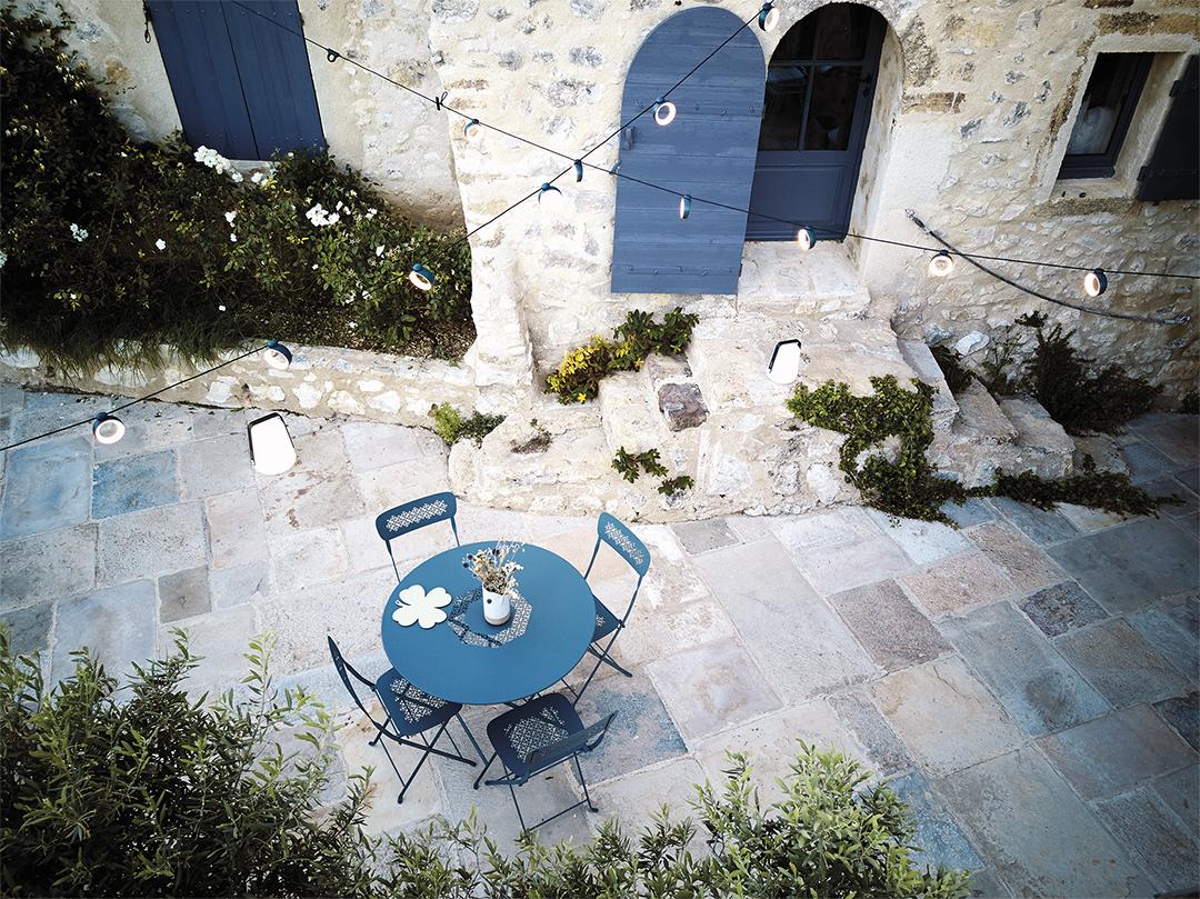 table de jardin, table pliante, chaise pliante, chaise metal, chaise de jardin, guirlande exterieur, guirlande fermob, eclairage exterieur
