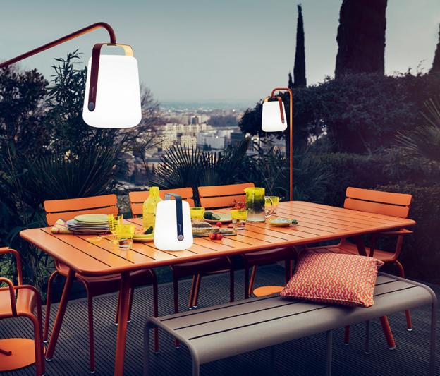 lampe de jardin fermob clairage pour la terrasse en m tal. Black Bedroom Furniture Sets. Home Design Ideas