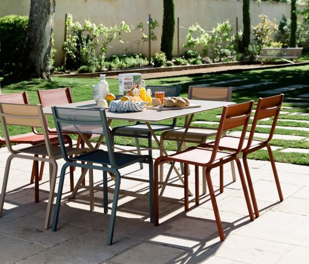 Table cargo fermob 8 personnes design en m tal et en couleurs for Table exterieur carre 8 personnes