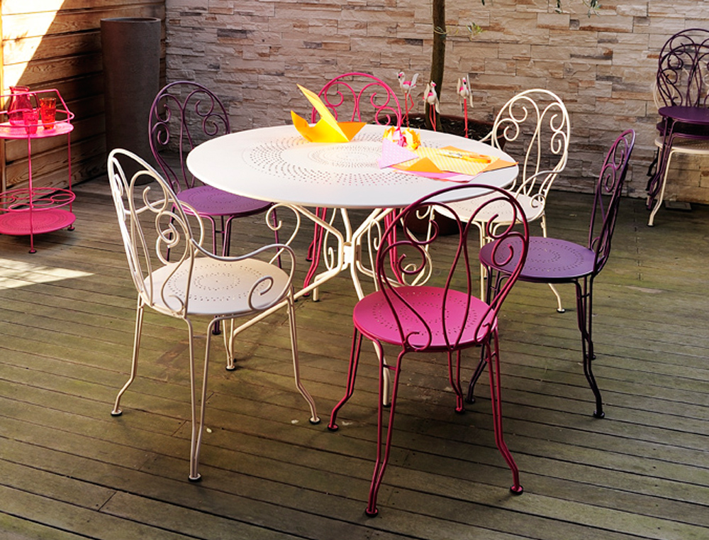 Fermob montmartre colourful metal armchair traditional for Table et chaise de jardin en aluminium